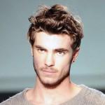 cortes-de-pelo-y-peinados-para-hombres-con-cabello-ondulado-o-rizado-otono-invierno-2015-2016-cabello-ondulado-corto-estilo-despeinado-600x600