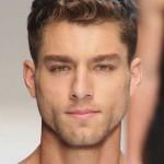 cortes-de-pelo-y-peinados-para-hombres-con-cabello-ondulado-o-rizado-primavera-verano-estilo-corto
